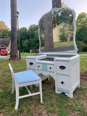 Vanity with chair for Sale in Katy, TX