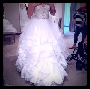 Morielle wedding dress and Veil for Sale in Lawrenceburg, IN