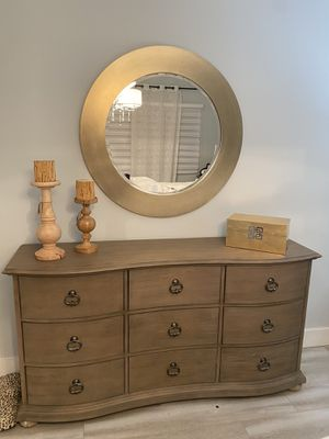 Bedroom set 2 nightstands, dresser with mirror and chest for Sale in Palmetto Bay, FL