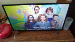 """TCL ROKU 32"""" FLAT SCREEN TV WITH REMOTE for Sale in Salina, KS"""