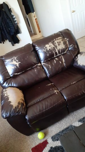 Two person couch FREE for Sale in Apple Valley, CA