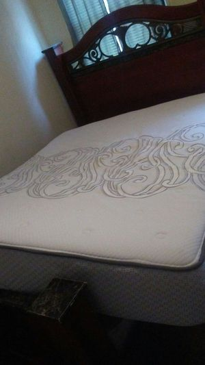 Nice bed queen good condition hearboard foodtboard and matrress for Sale in Hyattsville, MD