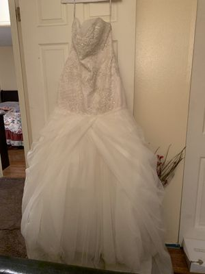 Wedding dress and veil, jewelry I am asking the dress for 400 I paid 800 and 10 dollars for the veil and jewelry 10 dollars for Sale in St. Louis, MO