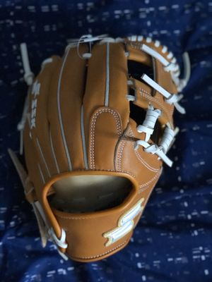 Brand New SSK White Line Infield Baseball Glove 11.5. Open to offers! for Sale in Windsor Hills, CA