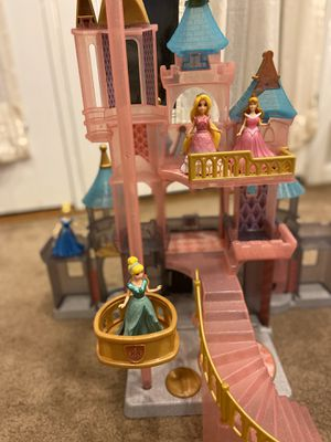 MagiClip doll castle with Disney Princesses for Sale in Gaithersburg, MD