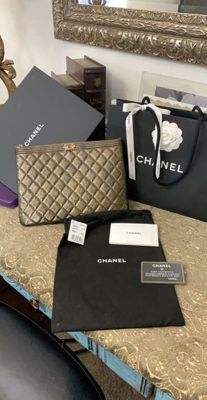 NEW AUTHENTIC CHANEL BOY CASE METAL GOLD BEAUTIFUL COMES WHIT TAGS RECEIPT DUST BAG AND BOX NO LOW OFERS ONLY MESAGE ME IF YOU INTERESTED THANK YOU for Sale in Modesto, CA