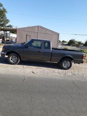 2005 ford ranger estandar 6 cilindros cabina y media Luz prendida for Sale in Las Vegas, NV