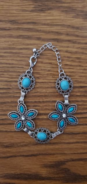 """BEATYFUL BLUE TURQUOISE STONES 9 """" INCHES BRACELET PRE-OWNED IN GOOD CONDITION for Sale in Compton, CA"""