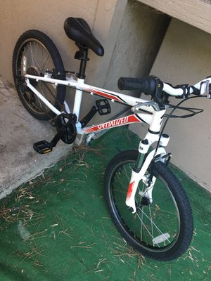 "ESPECIALIZED HOT ROCK 20"" KIDS MOUNTAIN BIKE 6 SPEED IS LIKE NEW for Sale in Escondido, CA"