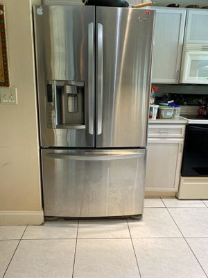 LG refrigerator stainless steel NEEDS FREON GAS for Sale in Pompano Beach, FL