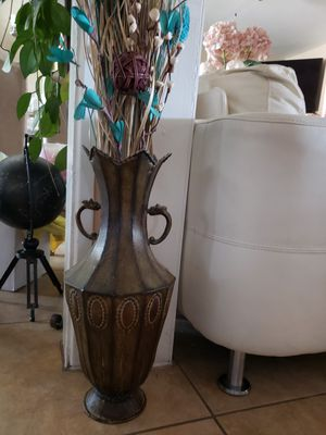 Metal vase 3 ft with flowers 5 ft for Sale in Henderson, NV