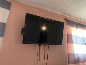 "TCL ""32"" Tv with wall mount for Sale in North Miami Beach, FL"
