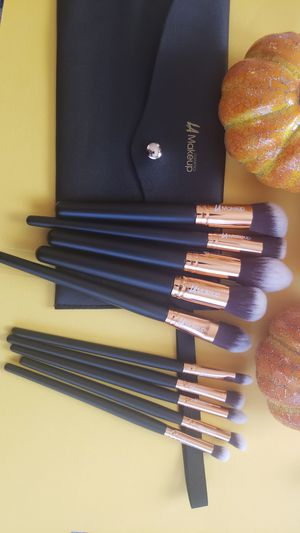 10pcs LA Makeup brush set with cosmetic bag for Sale in Los Angeles, CA