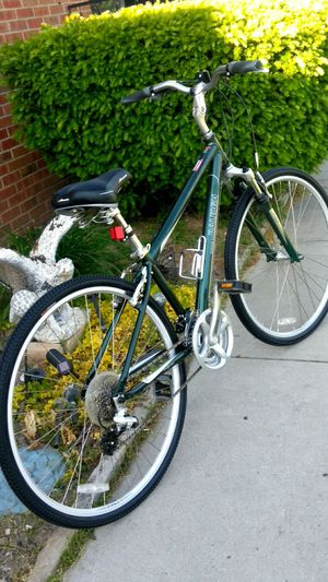 """Like New 700c Raleigh Hybrid Bike 24 Speed Trigger Shifter 17"""" frame for Sale in Parma, OH"""