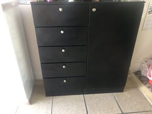 Brand new man chess with five drawers and two shelves storage for Sale in Miami, FL