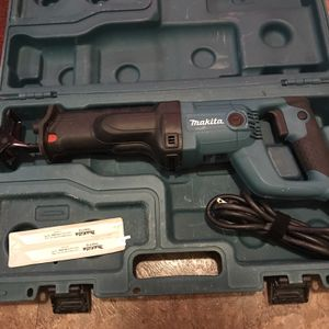 11 Amp Makita Saw W/ Case for Sale in Cleveland, OH