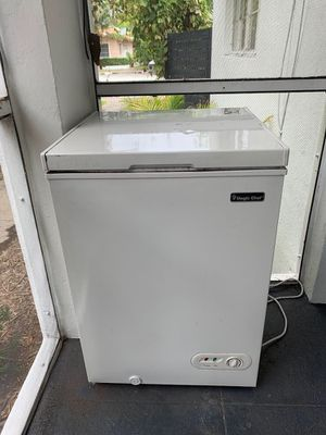Barely used deep chest freezer 5cuf for Sale in Miami, FL