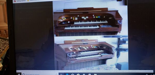 THOMAS TRANSISTER ORGAN..WELL KEPT..WITH MANY ORIGINAL MANUELS AND LOTS OF SHEET MUSIC.....PLAYS BUT SOME ACCOMPANIMENTS NOT .WORKING