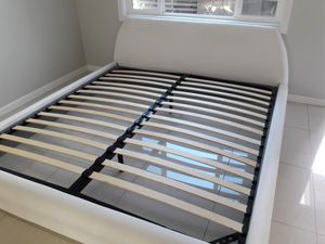 Nice luxurious white leather king size bed frame for Sale in Aiea, HI