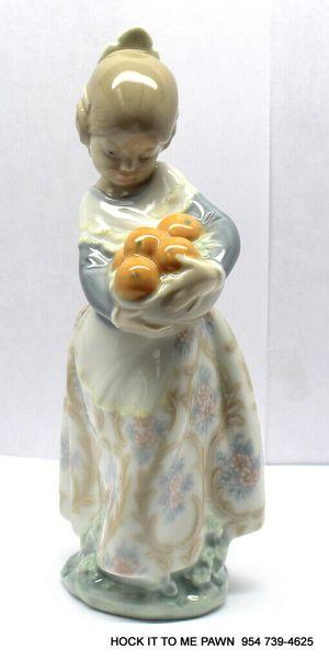 "LLADRO ""VALENCIAN GIRL HOLDING ORANGES"" RETIRED PORCELAIN FIGURINE # 4841 MINT for Sale in Fort Lauderdale, FL"