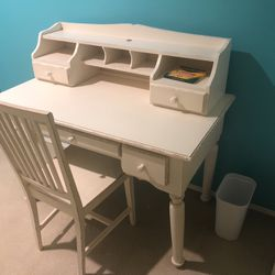 White Desk And Chair for Sale in Snoqualmie Pass,  WA