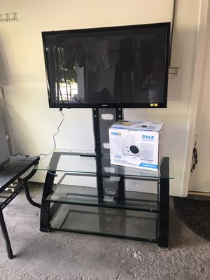 """Tv glass stand and Samsung 40""""tv. for Sale in Kansas City, KS"""