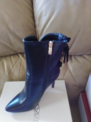 Low heel short boot. SIZE 7 for Sale in San Leandro, CA