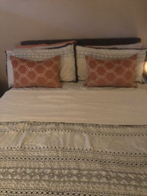 Rooms to go tuffed bed, mattress and box spring for Sale in Deerfield Beach, FL