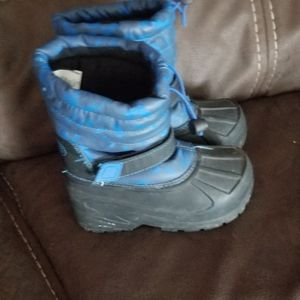 Toddler boys Snow boots Sz 9 for Sale in Fresno, CA