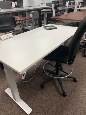 White sit-stand office desk for Sale in Tigard, OR
