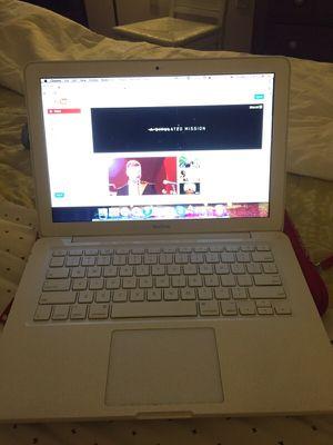 Macbook 2009, White for Sale in Miami, FL