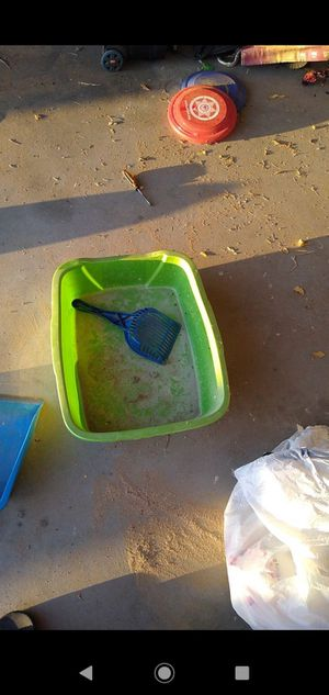 Free litter box and scooper for Sale in Victorville, CA