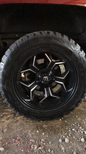 Fuel 20x10s on 33 accelera mt for Sale in Pineville, LA