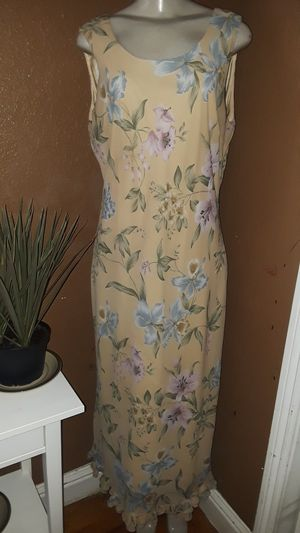 Dressbarn floral yellow maxi dress size 14 gently used in excellent condition located in south Sacramento for Sale in Sacramento, CA