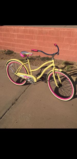 HUFFY BEACH CRUISER 26 WHEEL .COLOURFUL IN GREAT CONDITION READY TO RIDE. for Sale in Gilbert, AZ