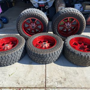 """TRADE OR SALE 20x10 Moto Metal Candy Red Powder Coated 5(Five) Wheels 20s 20"""" 35x12.50R20LT 35s for Sale in Fresno, CA"""