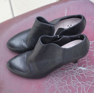 Chic Vince Camuto women's comfortable black heels. Preloved garment Condition : good Size : 6.5 Material : Leather Super comfortable material These for Sale in Pomona, CA