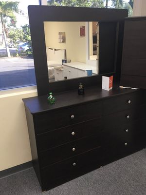 Compressed wood dresser and mirror for Sale in Paramount, CA