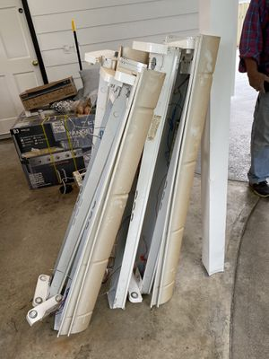 Free 6 fluorescent light fixtures with bulbs for Sale in Edgewood, WA