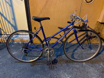 GIANT ROADBIKE IN GOOD CONDITION $150 for Sale in Miami, FL