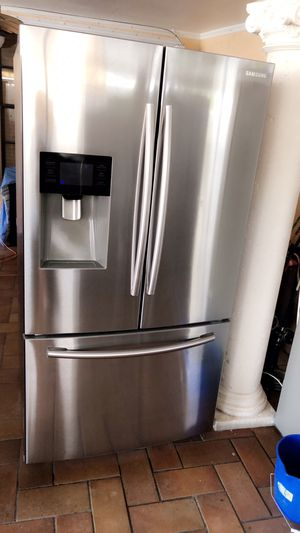 SAMSUNG STAINLESS STEEL REFRIGERATOR LIKE NEW IN PERFECT CONDITIONS BARELY USED WITH WARRANTY. NEVERA SAMSUNG COMO NUEVA POCO USO Y DOY GARANTÍA for Sale in Hialeah, FL