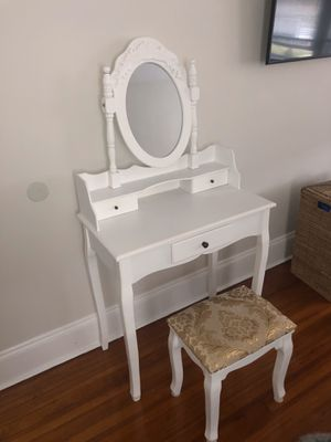 Makeup vanity and stool for Sale in Staten Island, NY
