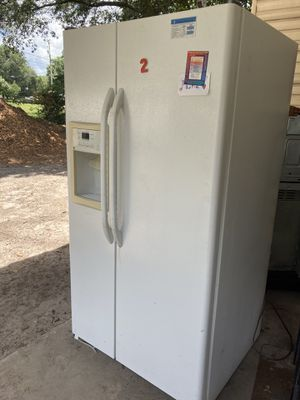 Refrigerator, Stove and Microwave for Sale in Zephyrhills, FL
