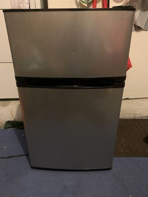 Insignia refrigerator for Sale in Pembroke Pines, FL
