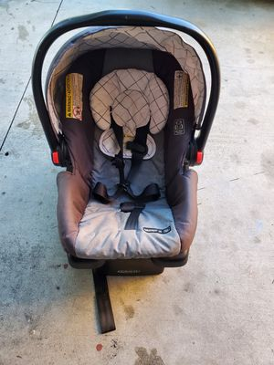 Snug ride 30 click connect car seat with base for Sale in Downey, CA