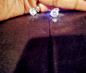 Beautiful diamond stud earrings for Sale in Chicago, IL