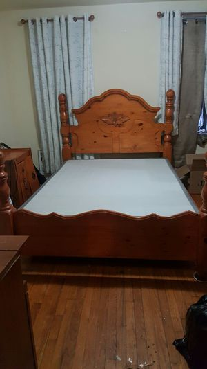 queen frame with box spring and matress for Sale in Queens, NY