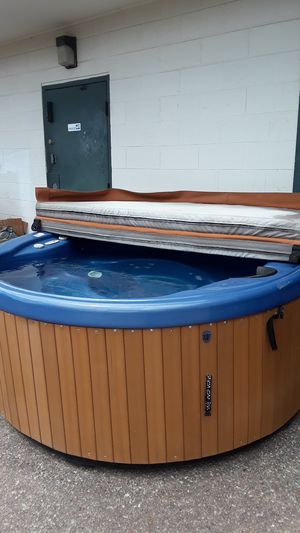 Nice refurbished round hot tub $2,650 for Sale in Colorado Springs, CO