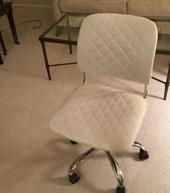 White quilted swivel Desk chair for Sale in Sammamish,  WA