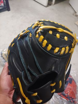 Bsseball glove made in Mexico for Sale in Phillips Ranch, CA
